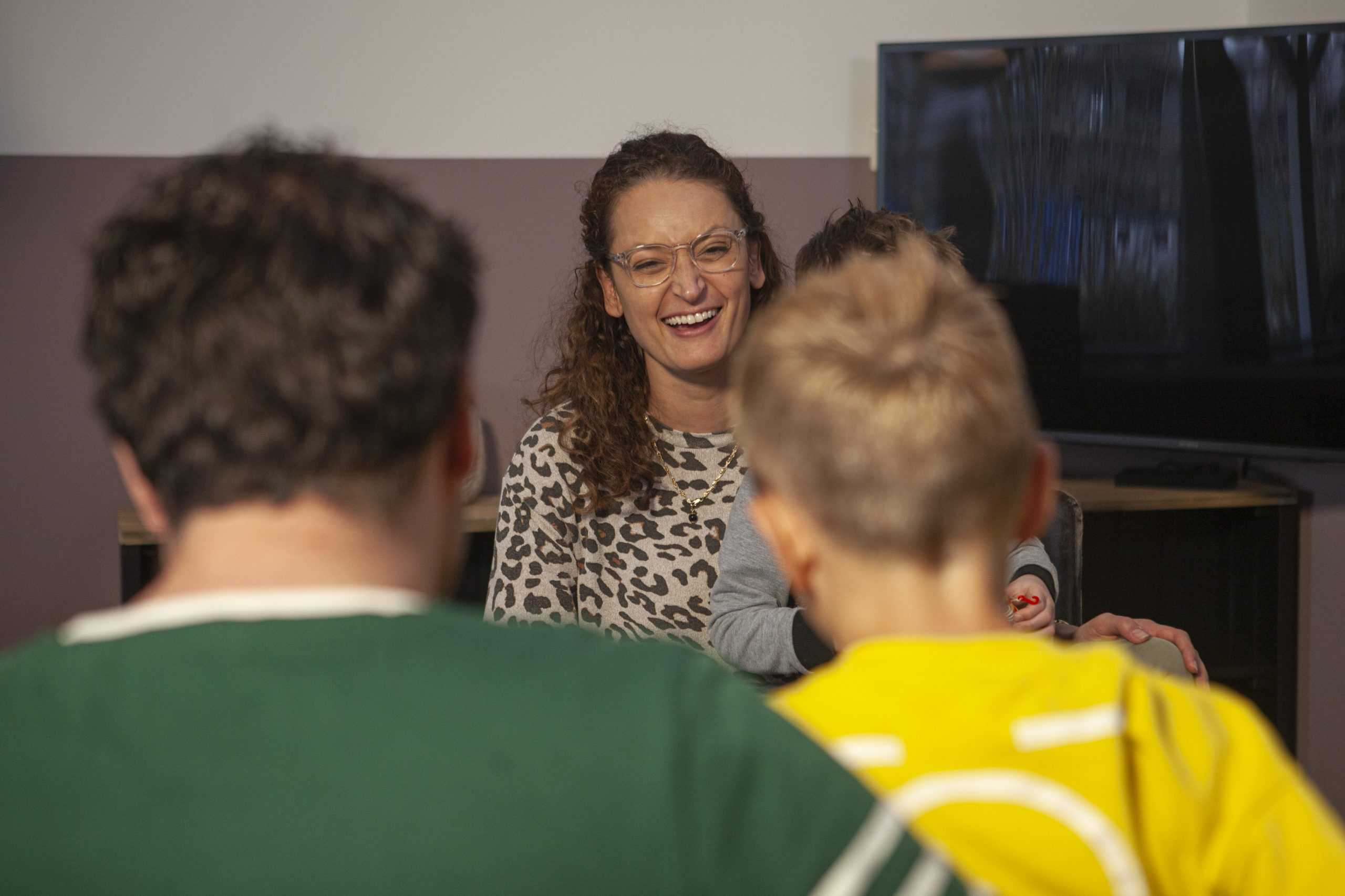 Lachen-gesprek-begeleiding-coaching-gezinnen-Vivet-Hulpverlening