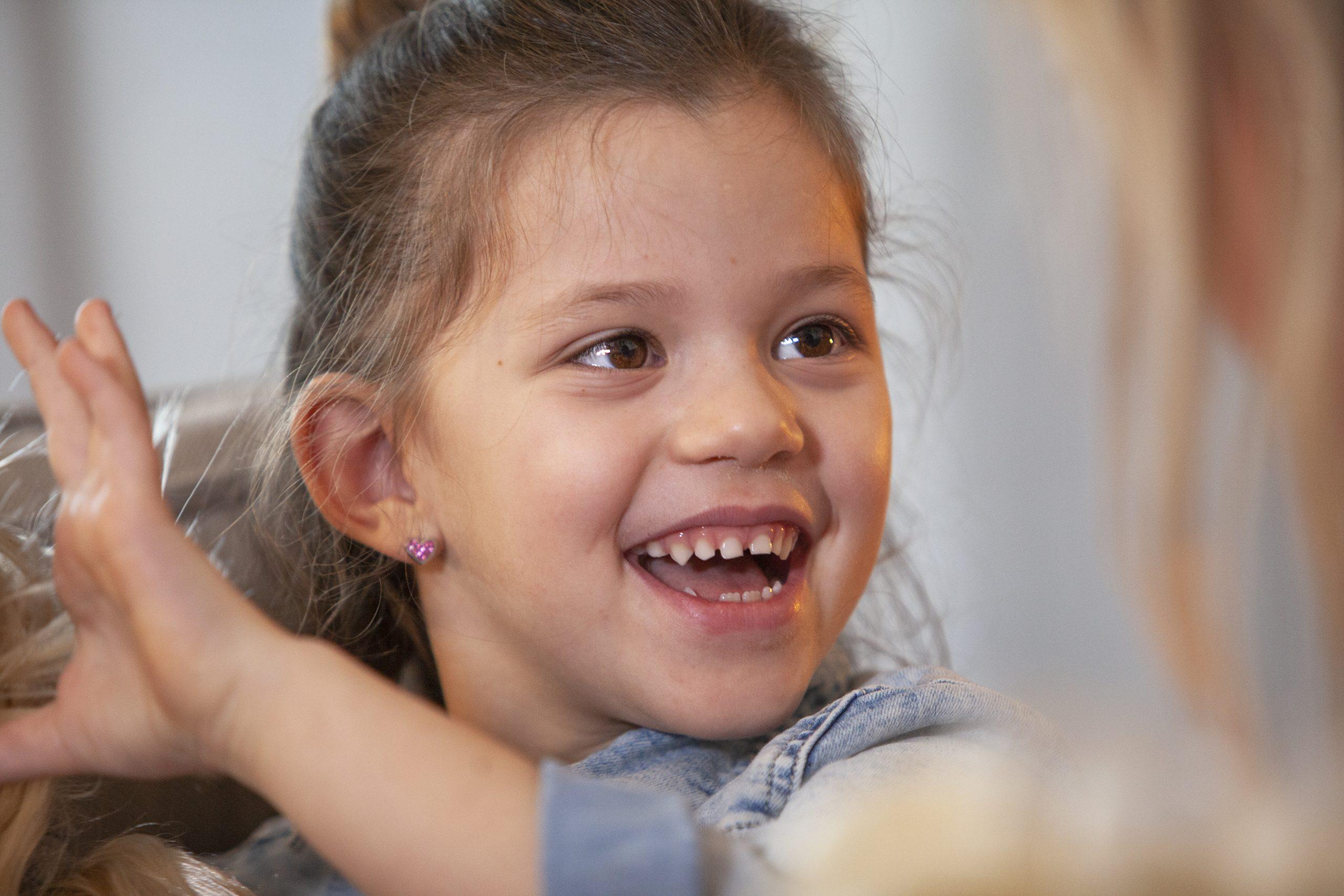 Spontaan-lachen-kind-kinderen-coaching-begeleiding-Vivet-Hulpverlening